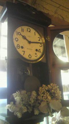 動かない古い時計に…